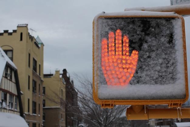 빨간 정지 신호를 보여주는 도로 전기 한숨의 샷
