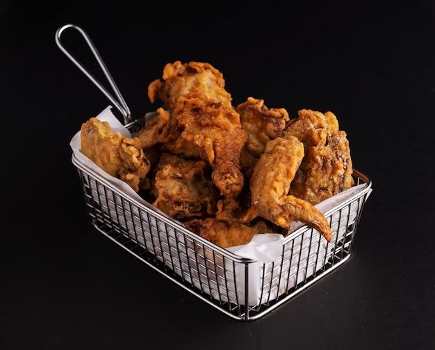 프라이드 치킨의 전체 흰색 접시의 샷