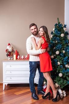 Выстрел из молодой счастливой пары в любви, празднующей рождество. праздники и концепция празднования.