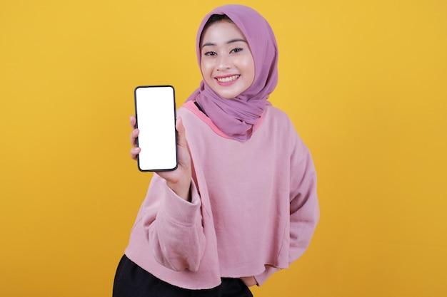매력적인 아름다운 여성의 샷은 현대 휴대 전화를 손에 들고 그녀가 좋아하는 새로운 가제트를 광고합니다.
