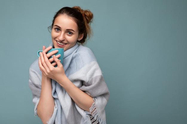 따뜻한 파란색 스카프를 입고 아름 다운 젊은 행복 미소 갈색 머리 여자의 총