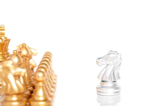 チェス盤の銀色の馬が動くショット。戦略、ビジネスの勝利のための概念。白い背景で隔離。