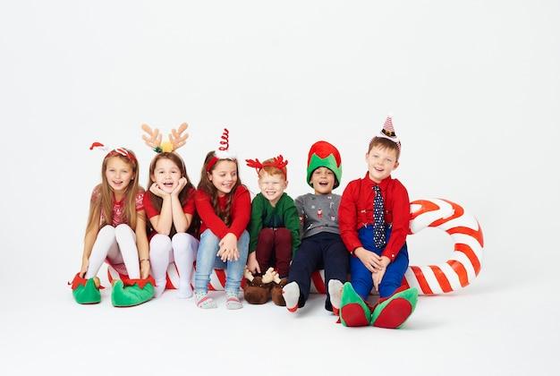 大きなキャンディケインに座っている子供たちのショット