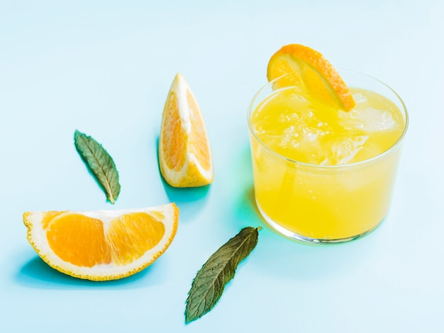 차가운 오렌지 음료의 샷
