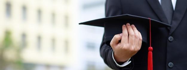 Выстрел выпускных шляп во время выпуска выпускников университета, концепция образования поздравление.
