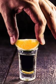 コショウの塩とリュウゼツランのワーム、メキシコのメキシコの飲み物とメスカルのショット