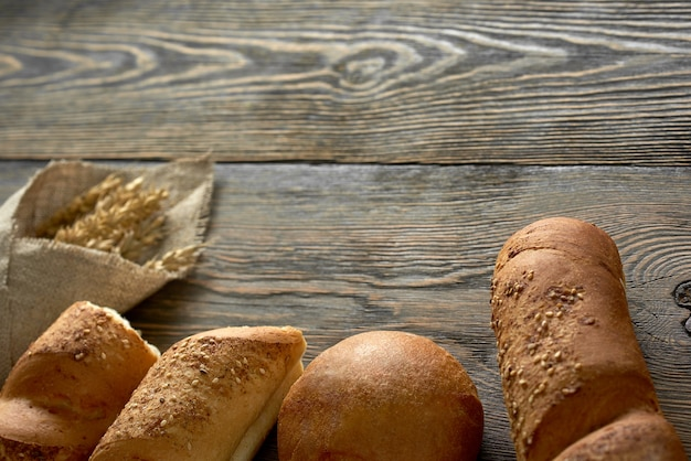 나무 표면 copyspace에 맛있는 향기로운 빵의 혼합 구색의 매운