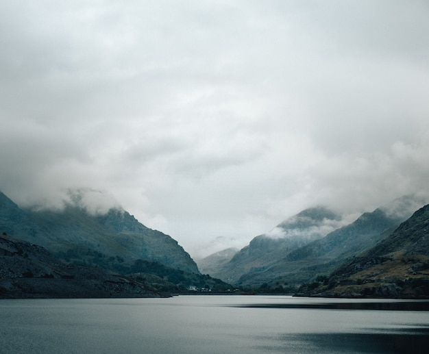 美しい湖、背景の霧深い山々のショット