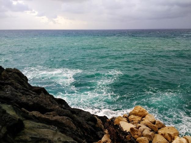 曇りの天候の間にスペイン、フェルテベントゥラ島の岩の多い海岸のショット