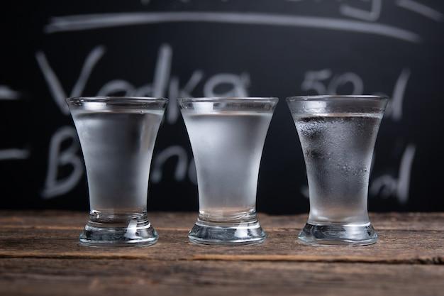 Выстрел водки на барной стойке на доске