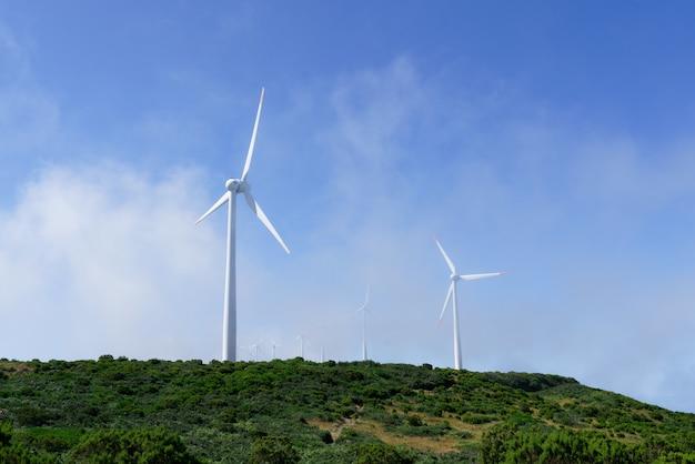 山の風力タービンのショット