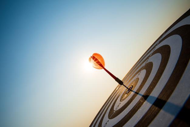 Снято красные стрелки дротиков в центре цели, цели дела или концепции успеха цели.
