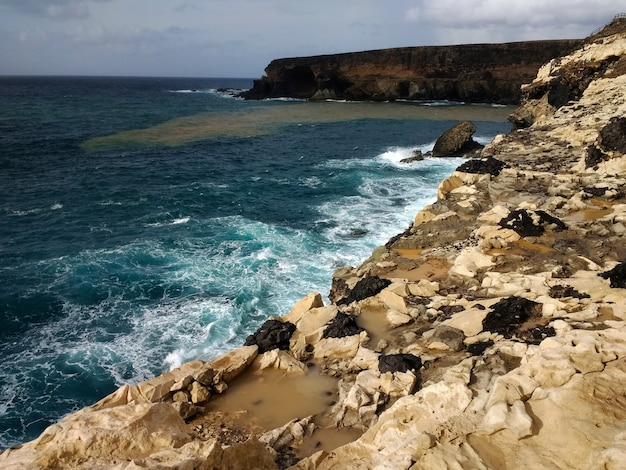 Colpo della spiaggia rocciosa di ajuy playa a fuerteventura, spagna.
