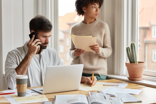 Colpo di informazioni maschili gravi note durante la conversazione telefonica