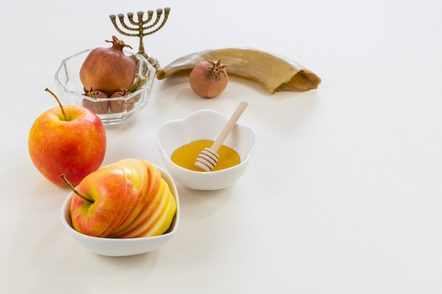 Colpo di simboli del nuovo anno ebraico su bianco