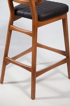 Dietro il colpo di una sedia in legno isolato su uno sfondo bianco
