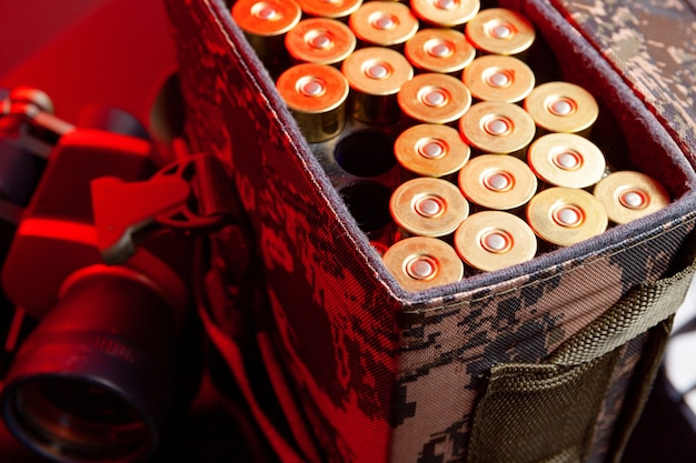 붉은 빛의 카트리지 가방에 샷건 카트리지를 닫습니다.