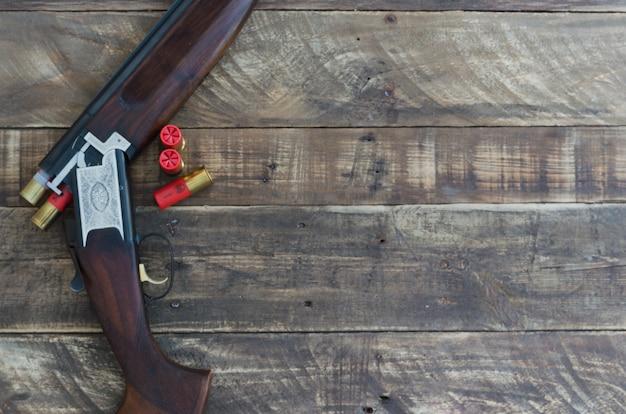 Дробовик с пушками, наложенными патронами. вид сверху.