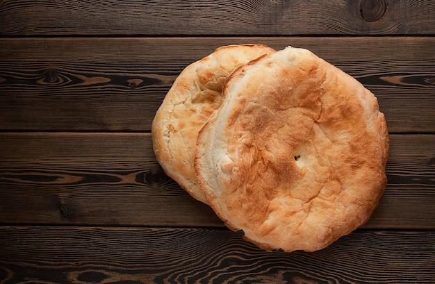 Шотис пури традиционный грузинский хлеб на деревянном столе горизонтально нет людей