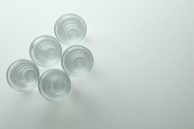 Выстрелы напитка на белой стене
