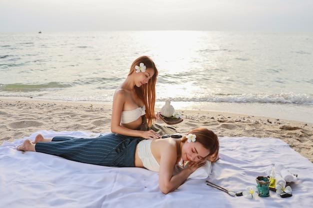 Массаж плеч, портрет двух молодых красивых и сексуальных азиатских женщин