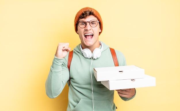 Агрессивный крик с гневным выражением лица или со сжатыми кулаками, празднуя успех. концепция пиццы
