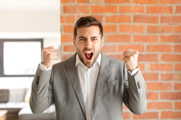 Агрессивно кричать с гневным выражением лица или со сжатыми кулаками, празднуя успех
