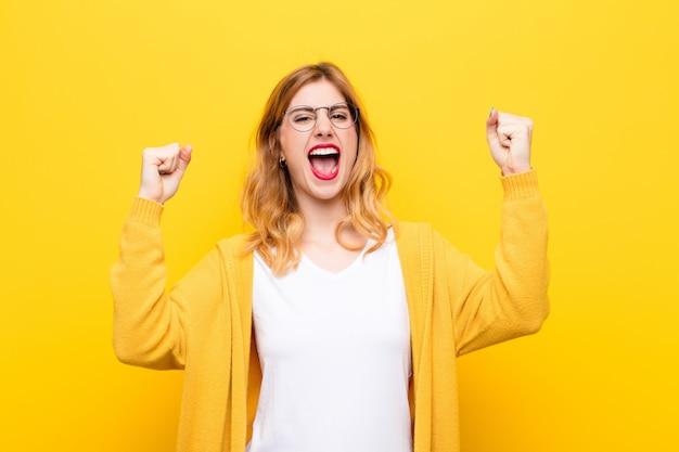 怒りの表情や成功を祝う握りこぶしで積極的に叫ぶ