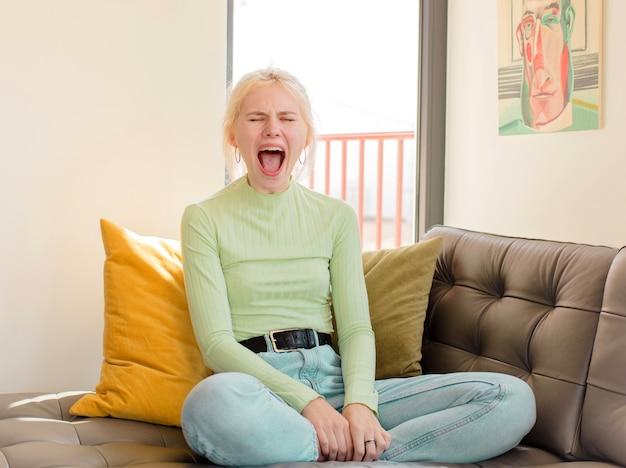 Агрессивно кричит, женщина выглядит очень рассерженной, расстроенной, возмущенной или раздраженной, кричит нет