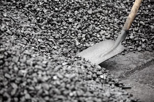 シャベルを取る石炭