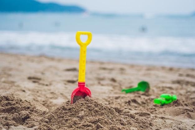 砂の中の子供のためのシャベルおもちゃ