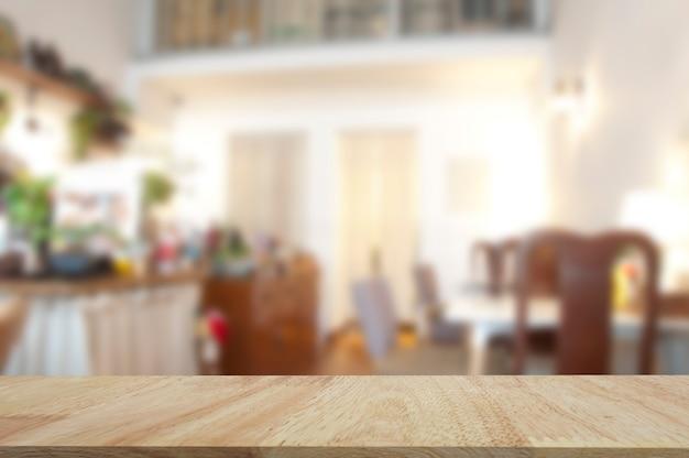 Покажите товары на деревянном столе. столешница из дуба для демонстрации выставочной продукции с размытым фоном.