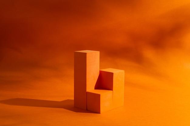 주황색 배경에 흥미로운 그림자가 있는 화장품 쇼케이스