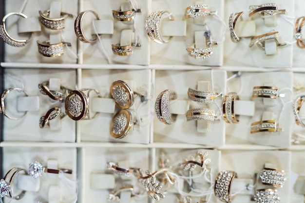 金色の宝石を扱う宝石店でのショーケース