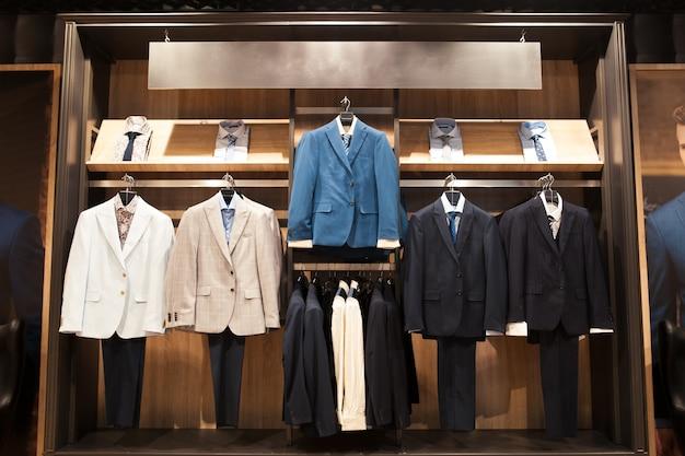 Витрина мужские деловые костюмы в магазине