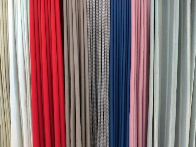さまざまな色のカーテンのショーケース