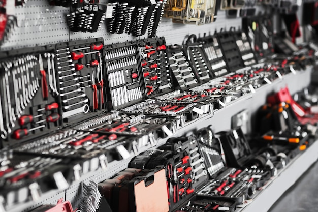 Витрина ремонтных инструментов в магазине