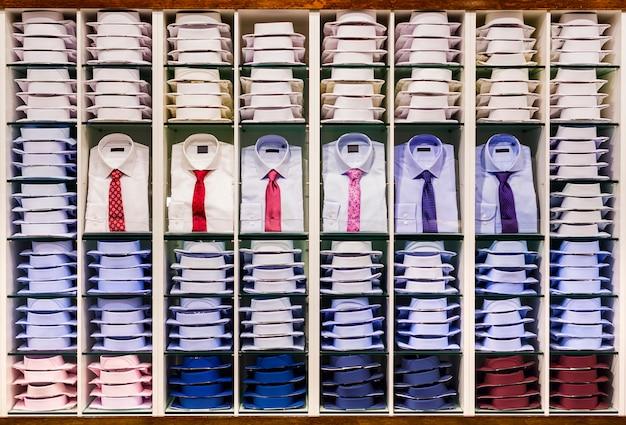 Витрина с множеством разноцветных мужских рубашек
