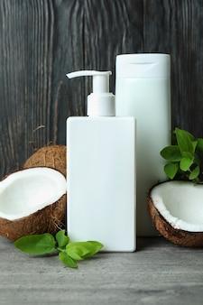 샤워 젤과 코코넛 나무 배경