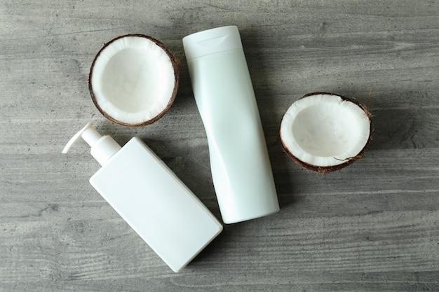 회색 질감 배경에 샤워 젤과 코코넛