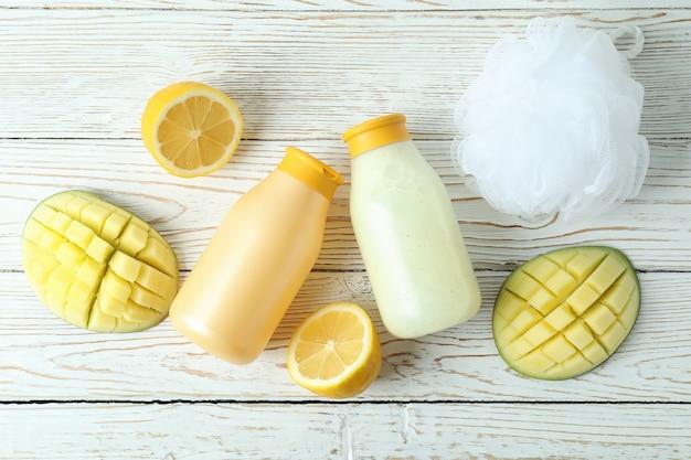 샤워 젤, 망고, 레몬 흰색 나무 배경