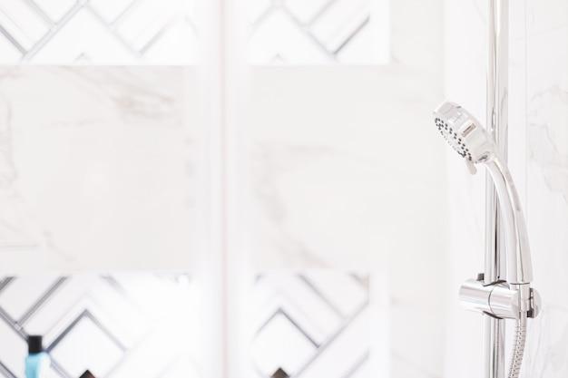 Душевая лейка в роскошной ванной комнате, экологичный дизайн интерьера и концепция экологически чистых материалов