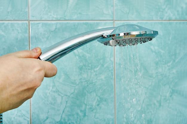 Душевая лейка с рычагом управления регулятором расхода воды.