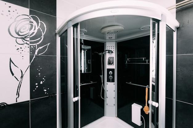 Душ в ванной в квартире или в отеле
