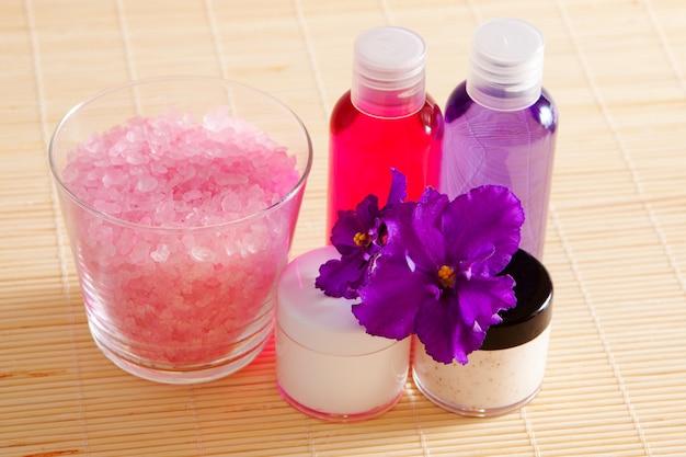 Души, гель и увлажняющий крем - аксессуары для ванны и душа