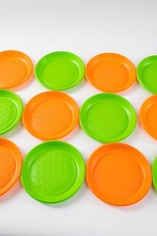 애정 표현. 흰색 표면에 올바른 선에 배치 된 녹색 및 주황색 밝은 독성 플레이트