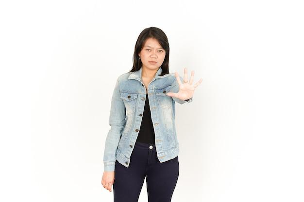 Показаны пять пальцев красивой азиатской женщины в джинсовой куртке и черной рубашке, изолированной на белом