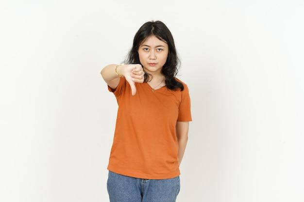 흰색 배경에 고립 된 오렌지 티셔츠를 입고 아름다운 아시아 여성의 엄지 손가락을 보여주는