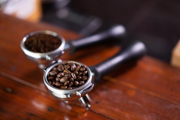カフェのテーブルに2つの新鮮なコーヒー豆を表示