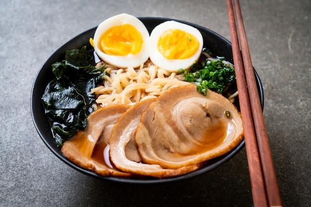豚肉と卵の醤油ラーメン。日本食スタイル